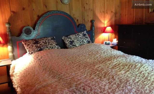 חדר שינה היידי עם כיסוי מיטה